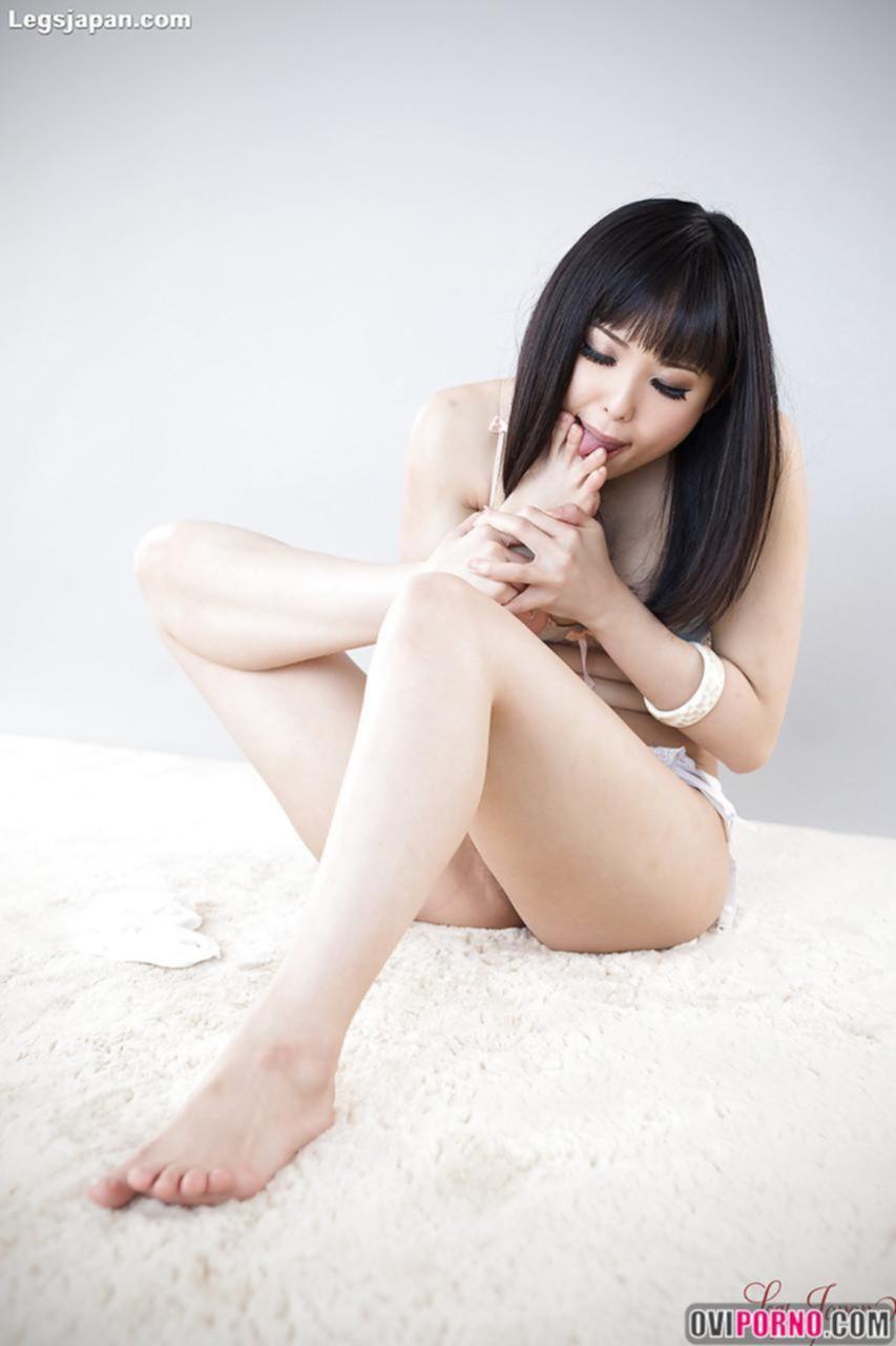 Молодая азиатка сосёт пальчики