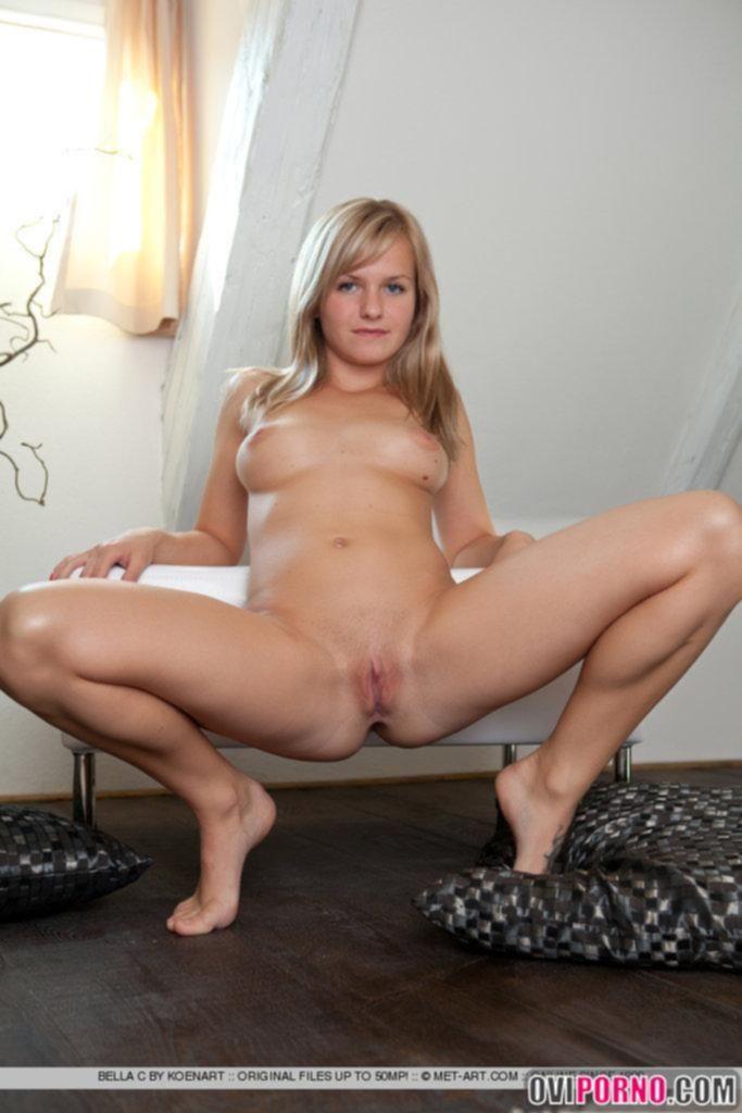 Молоденькая девушка показала свое тело
