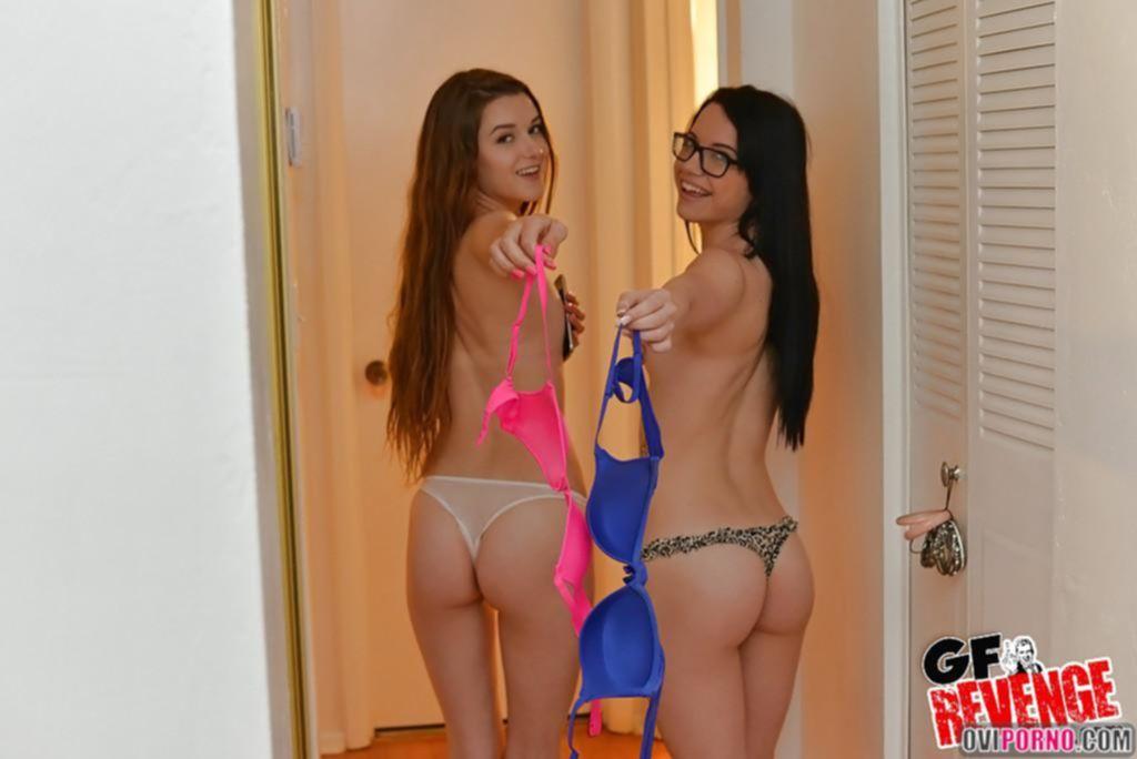 Две девушки ласкаются