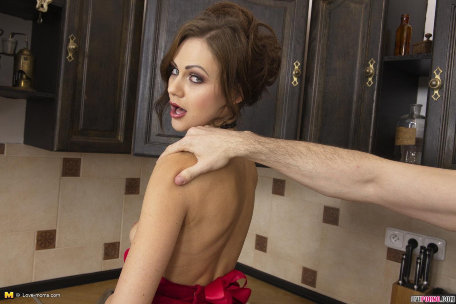 Трахает жену в очко на кухне
