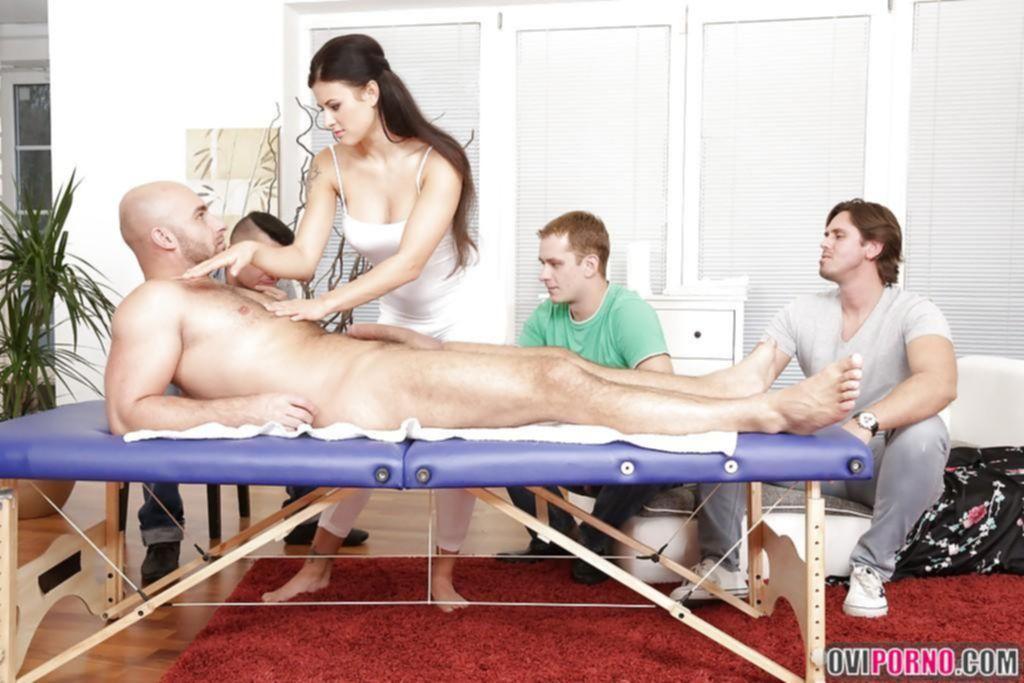 Девушку трахают четверо парней