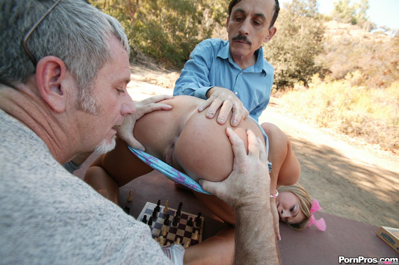 Два зрелых мужика трахнули молодую блондинку
