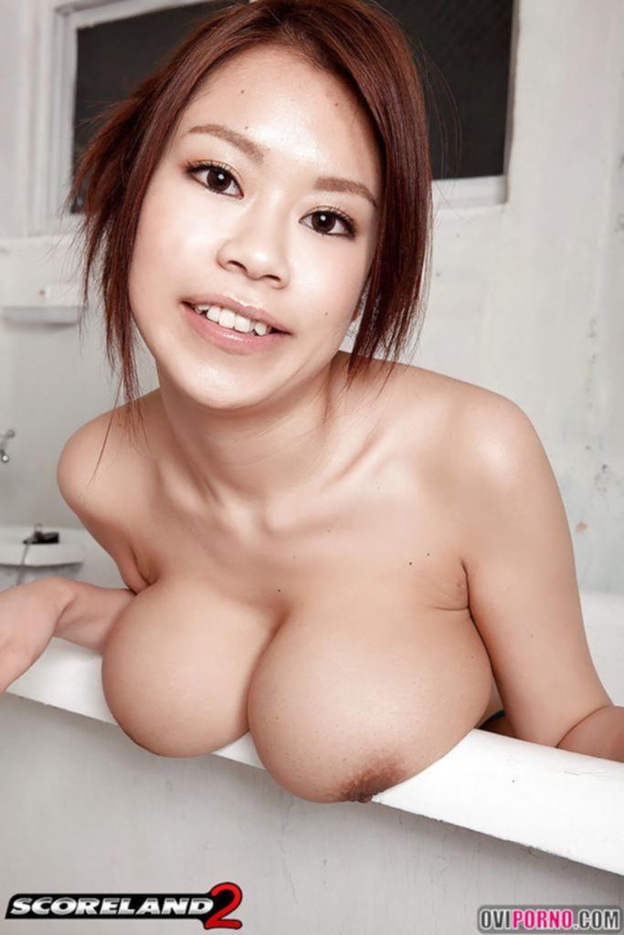 Азиатка с огромными сиськами