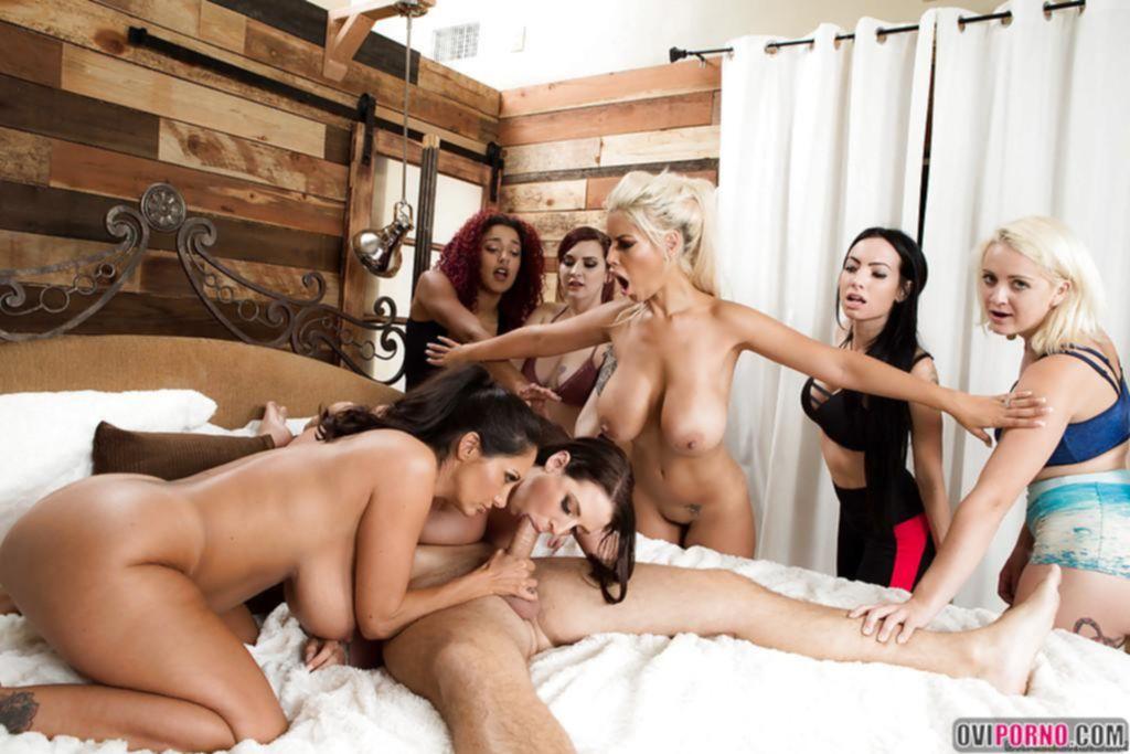 Три сексуальные самки трахают парня
