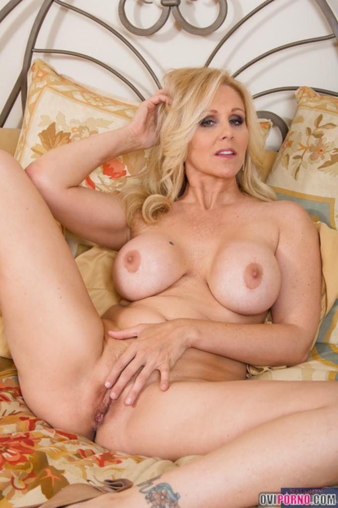 Грудастая зрелая блондинка