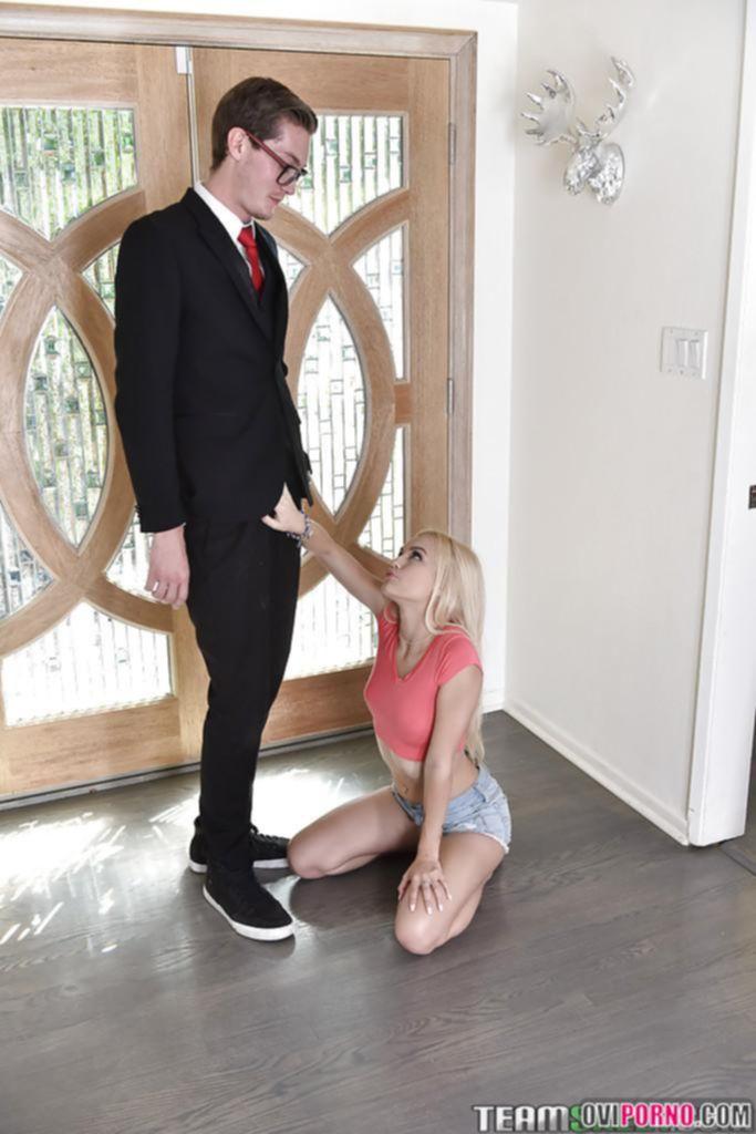 Блондинка берет за щеку