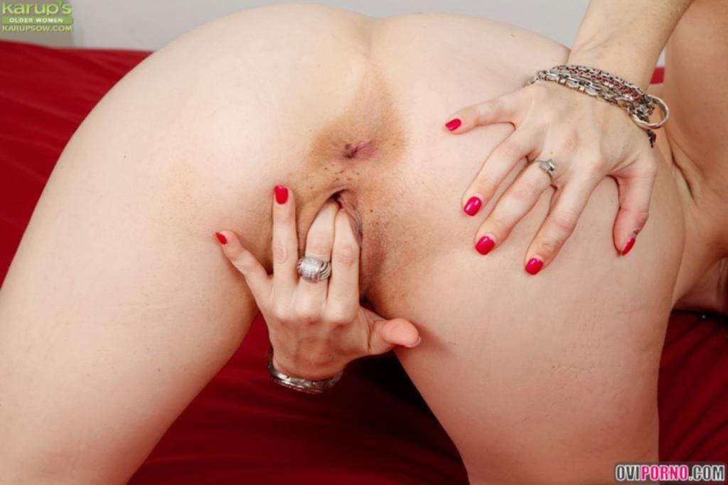 Зрелая жена мастурбирует