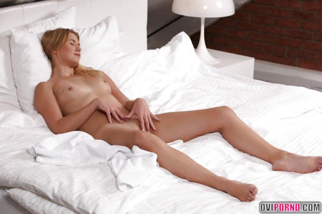 Молодая блондинка мастурбирует
