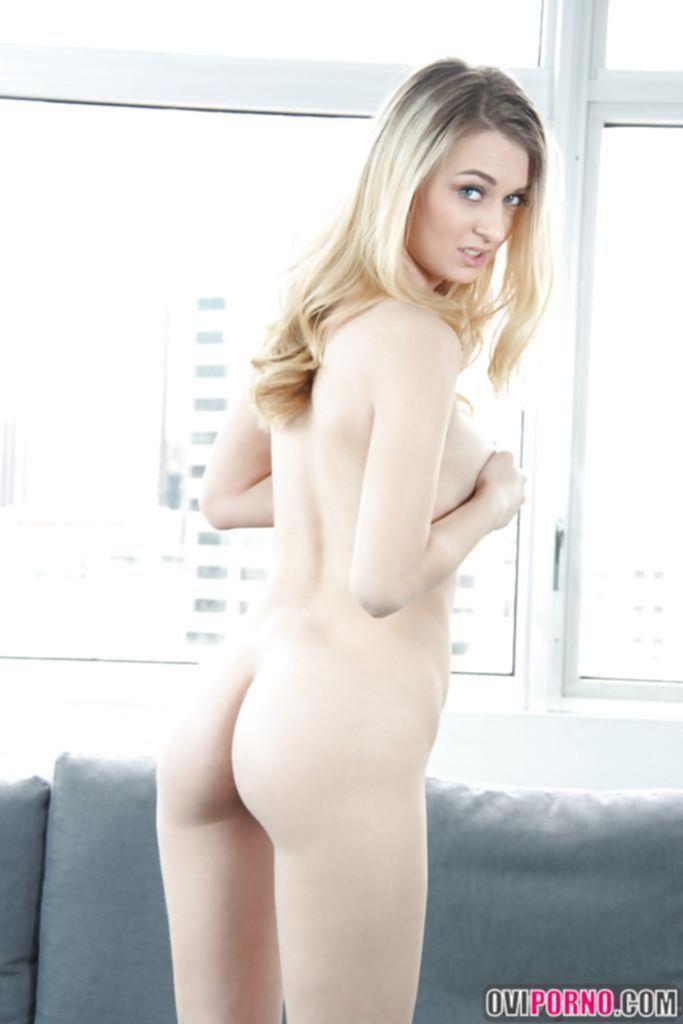 Голая и очень красивая блондинка