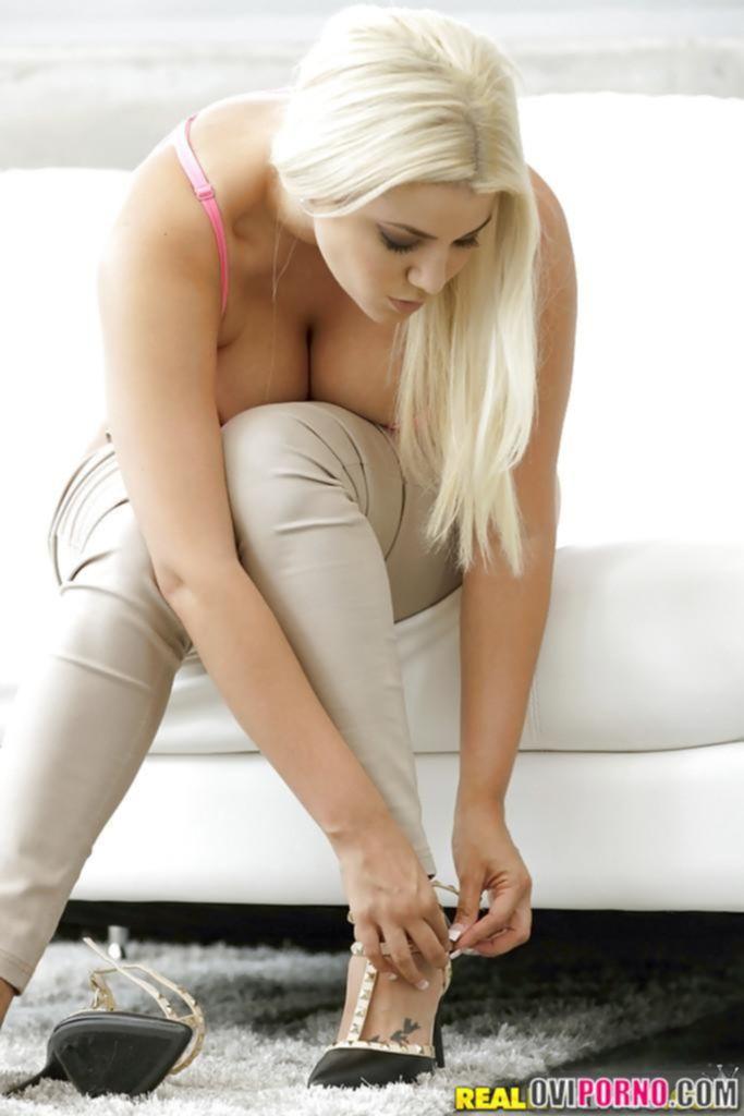 Пышная блондинка Alix Lovell