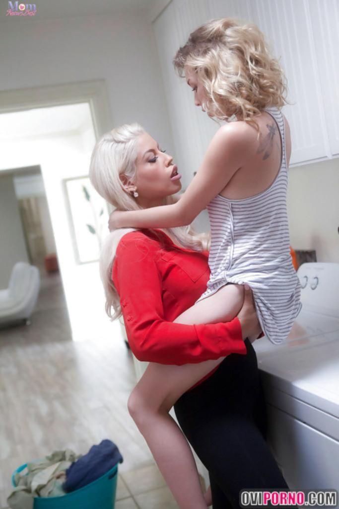 Две сексуальные лесбиянки