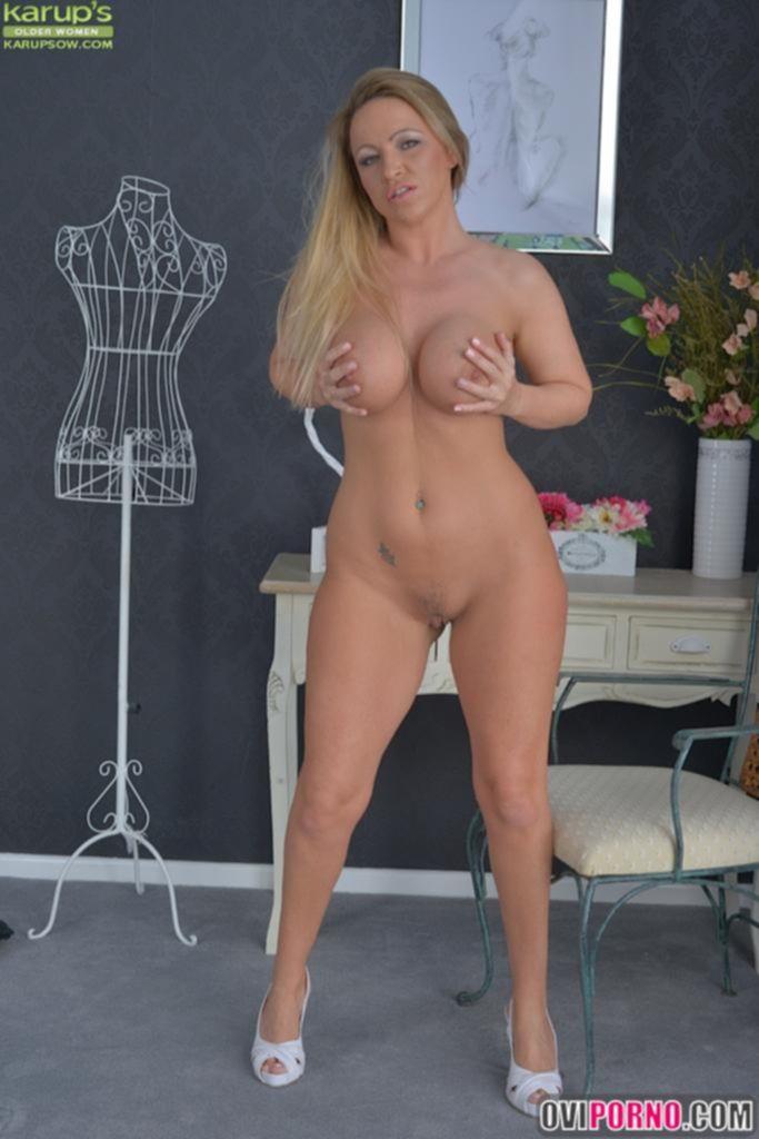 Зрелая сексуальная блондинка