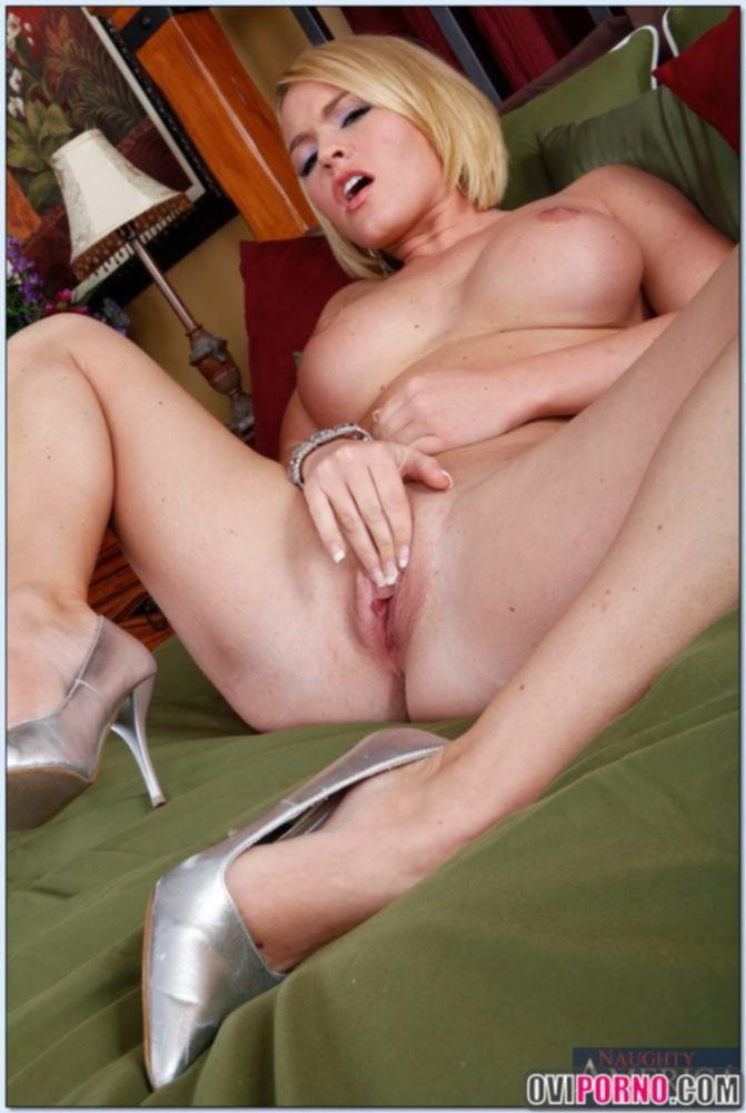 Сексуальная блондинка мастурбирует