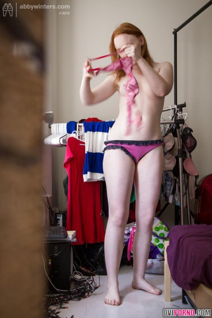 Скрытая камера снимает рыжую девушку