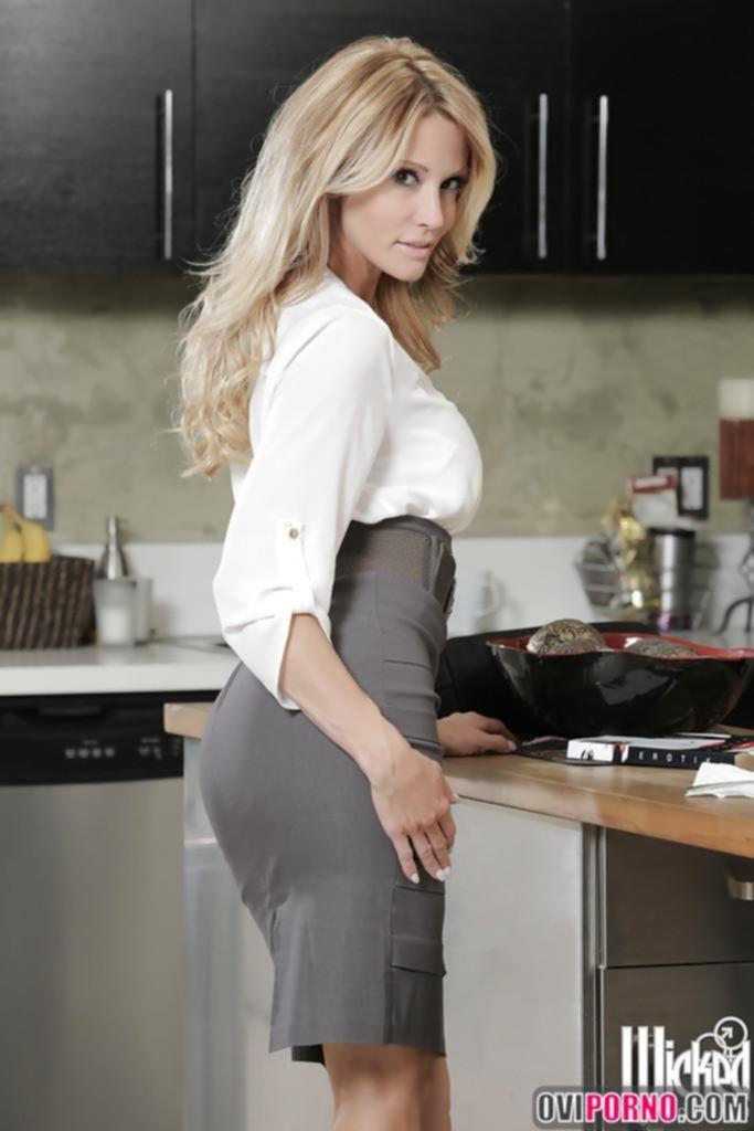 Блондинка разделась на кухне