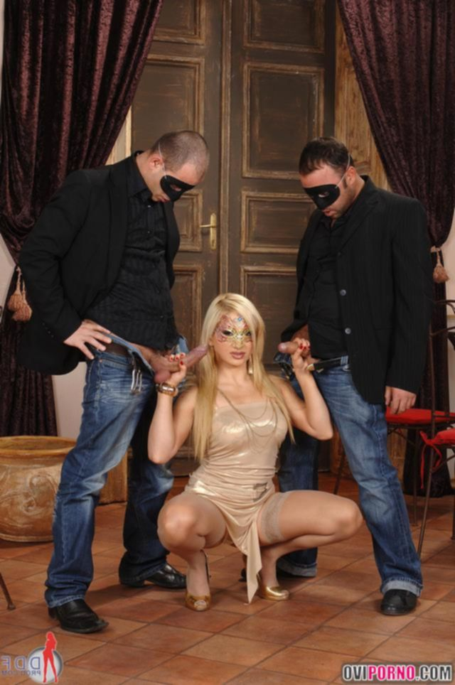 Порно маскарад  и сексуальная троица