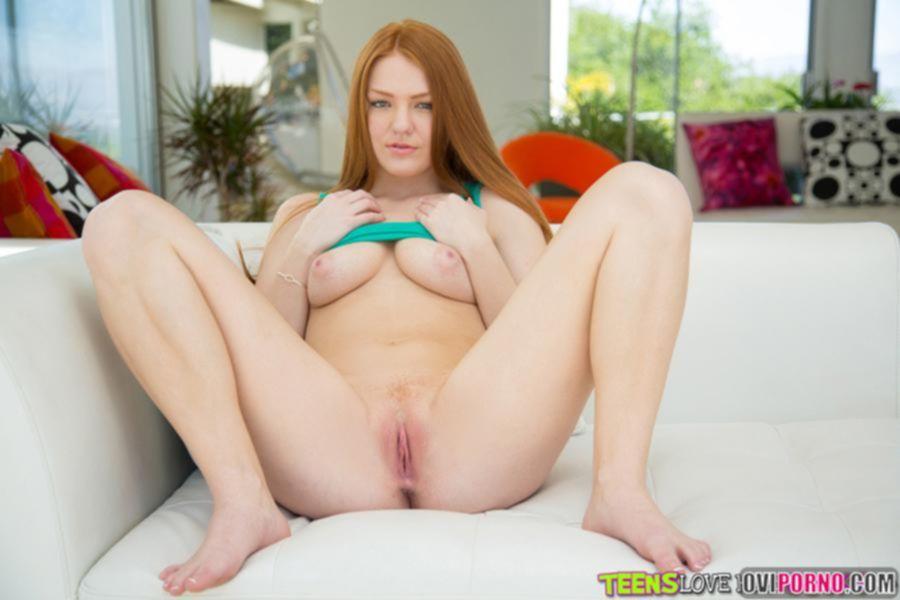 Рыжая молоденькая девушка
