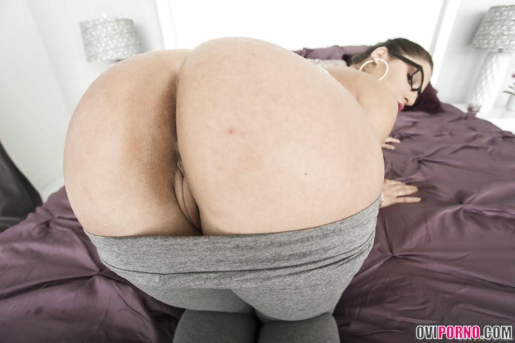 Брюнетка с толстой попой