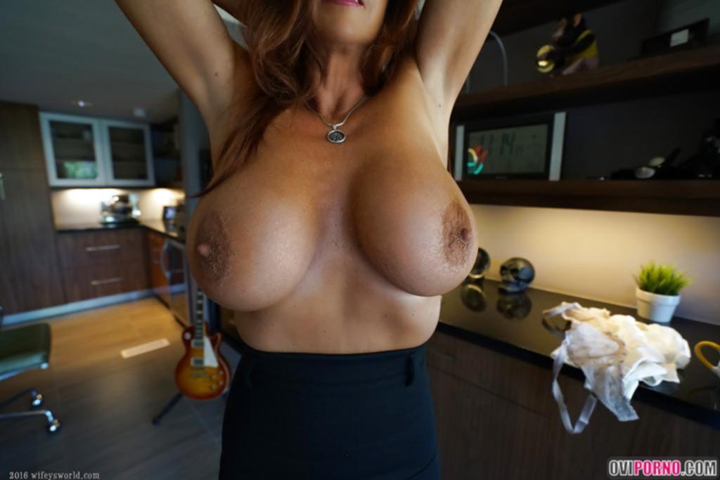 Зрелая жена показала большие сиськи