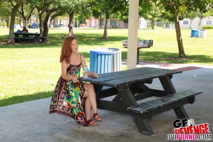 Показала киску в парке