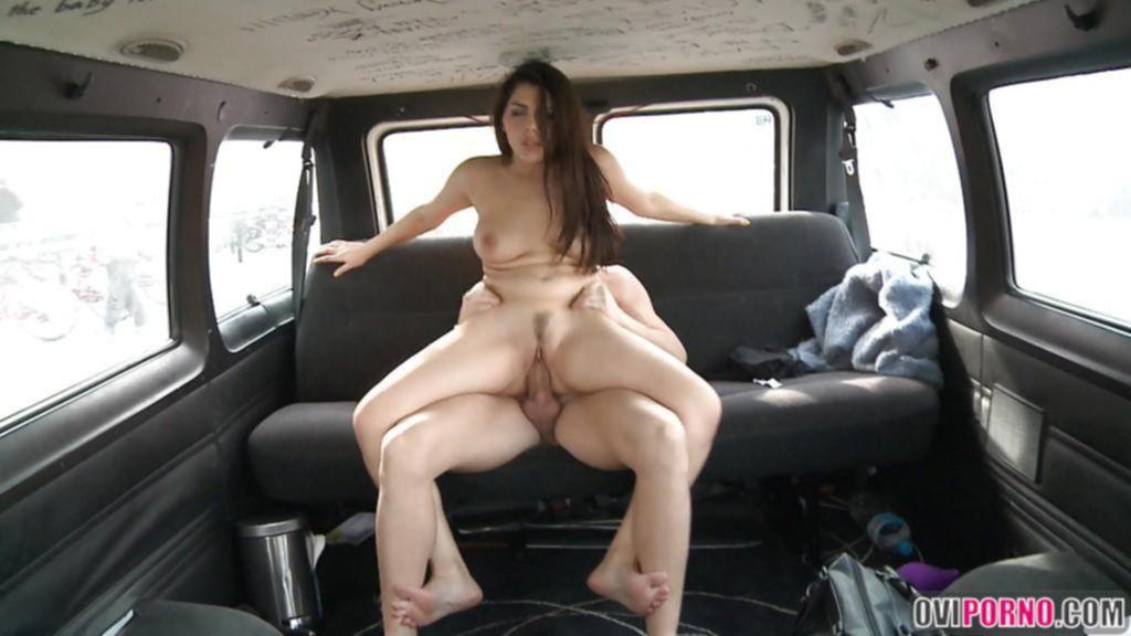 Трахает девушку в машине