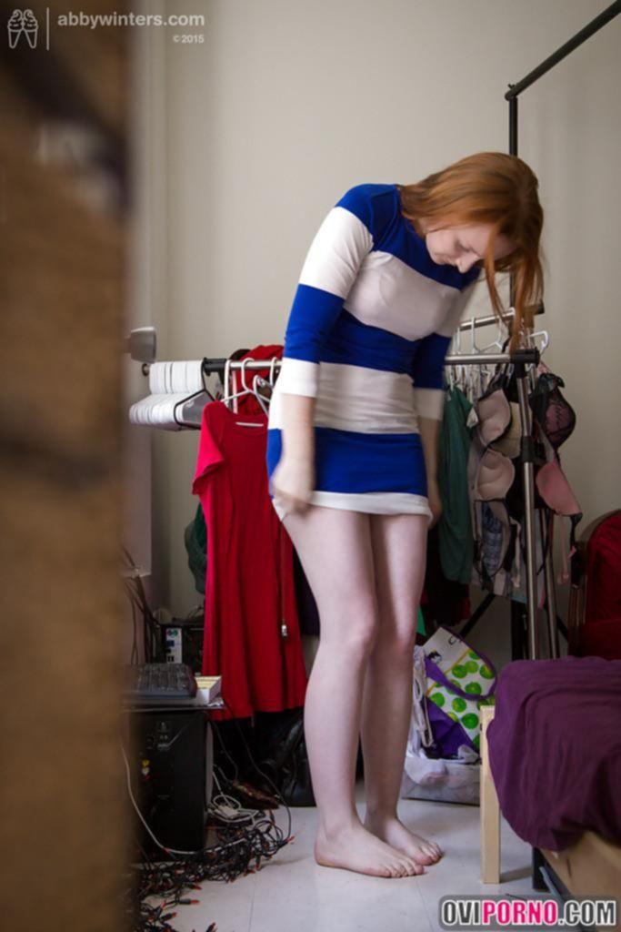 Скрытая камера снимает девушку