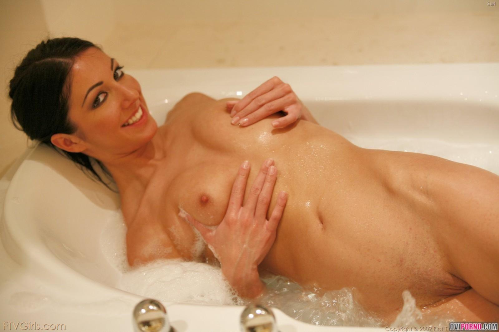 Брюнетка мастурбирует в ванной игрушкой