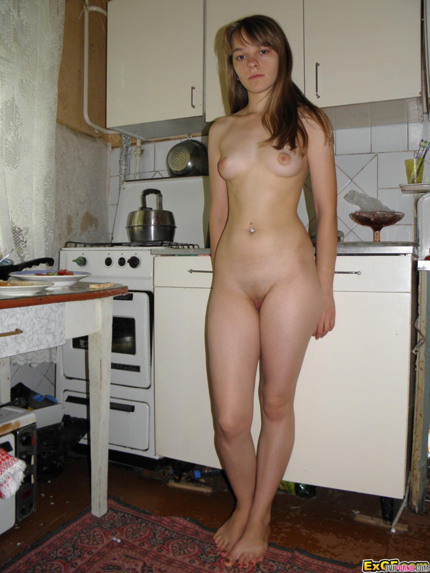 Девушка засунула сосиску во влагалище
