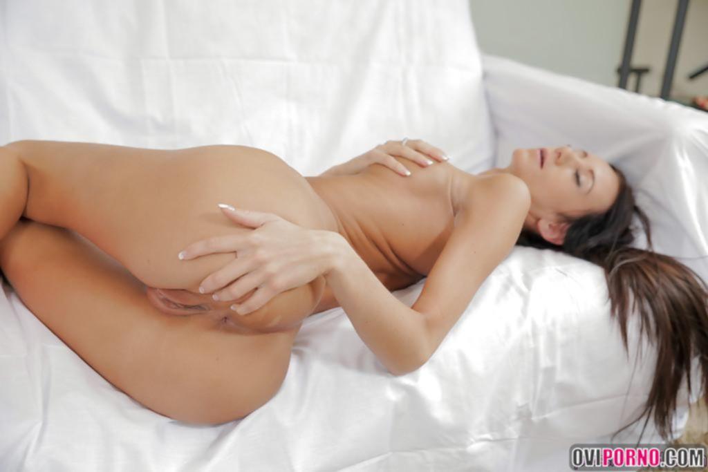 Брюнетка мастурбирует пальцами