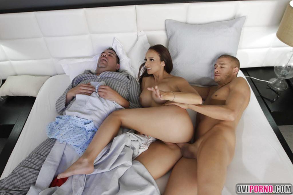 Трахнул жену пока муж спит