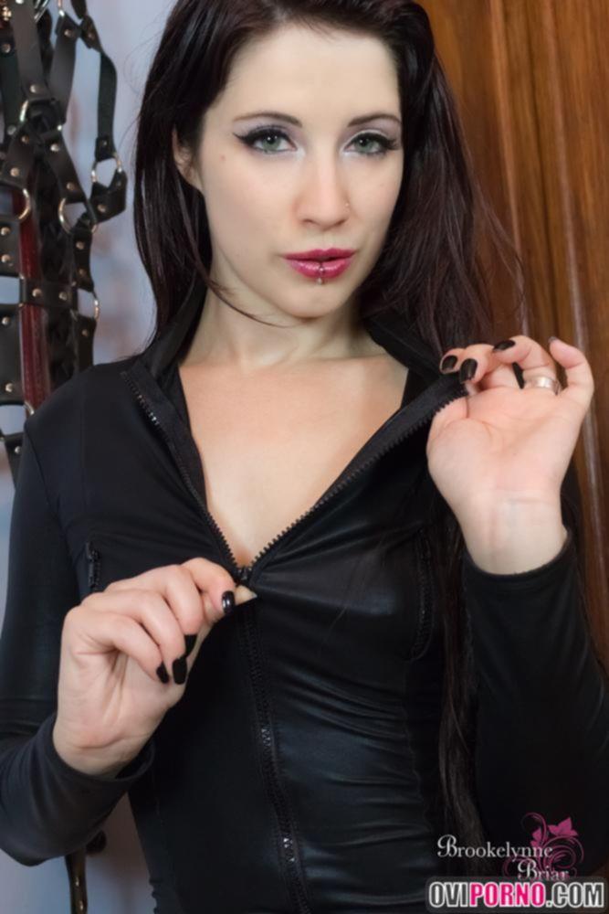 Брюнетка в секс одежде