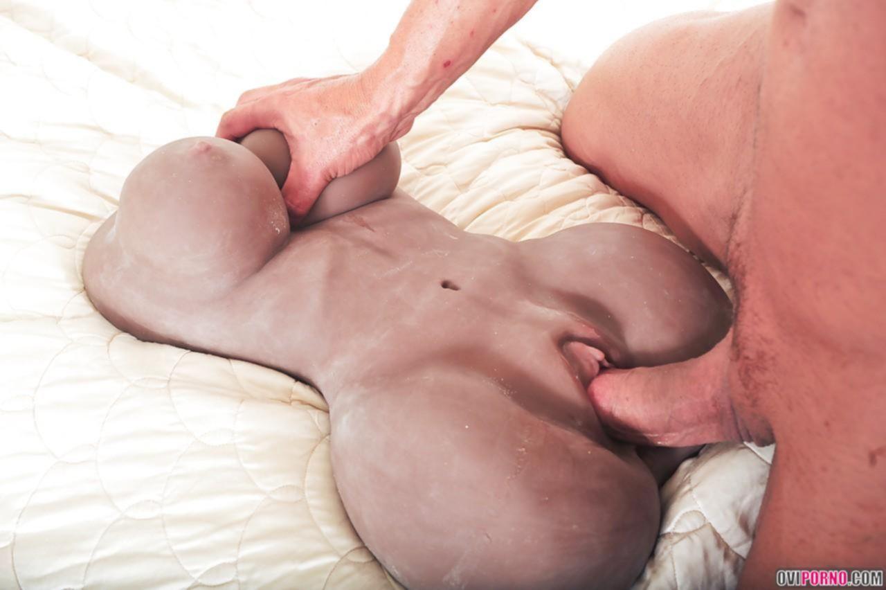 Трахает резиновую вагину