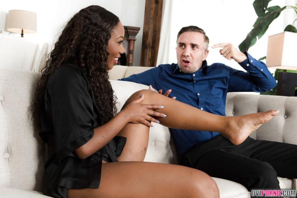 Чернокожая жена отсосала белый член