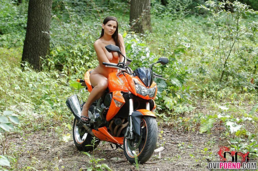Голая девушка на мотоцикле