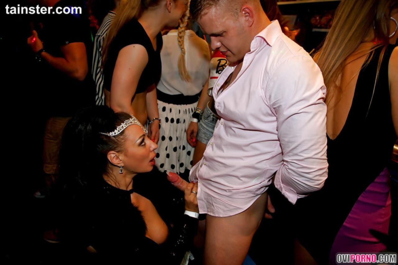 Групповой секс в ночном клубе