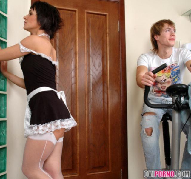 Горячая женщина-домработница