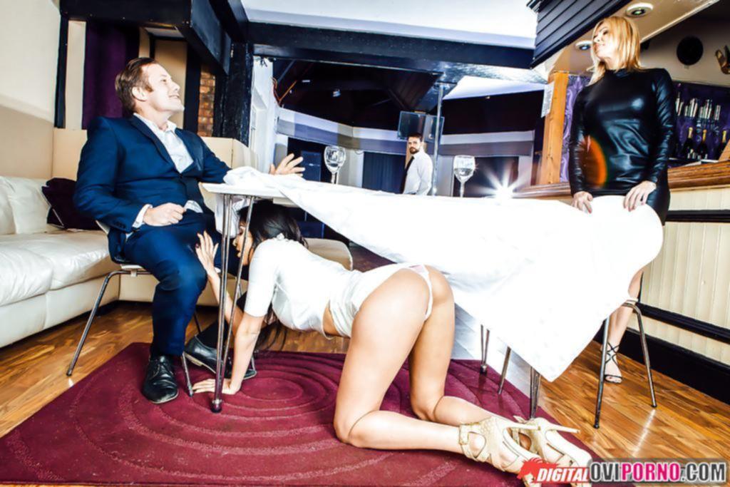 Отсосала под столом и дала трахнуть себя