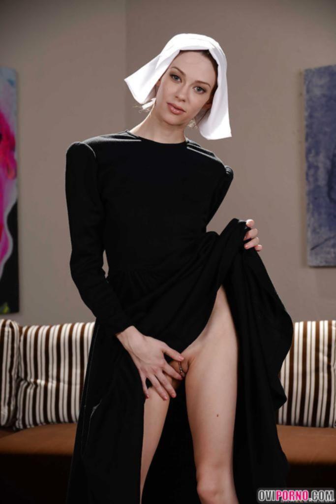 Голая молодая монашка