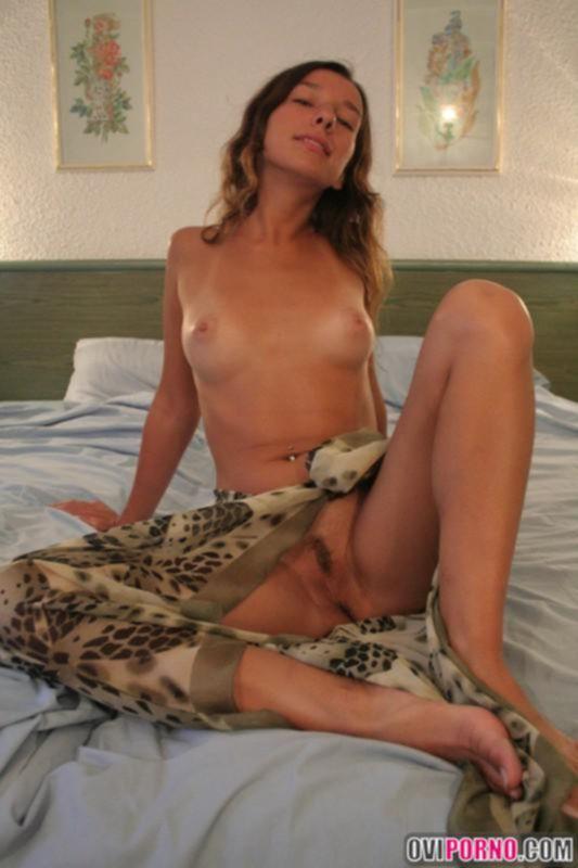 Бразильская милашка на кровати любит когда ей раздвигают попку