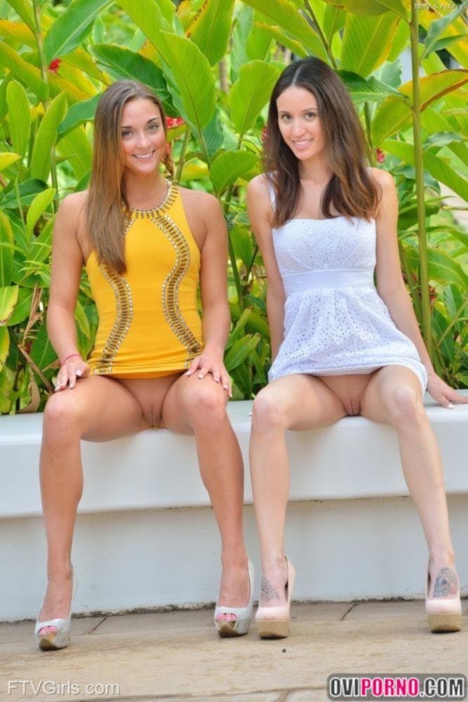 Две молодые лесби