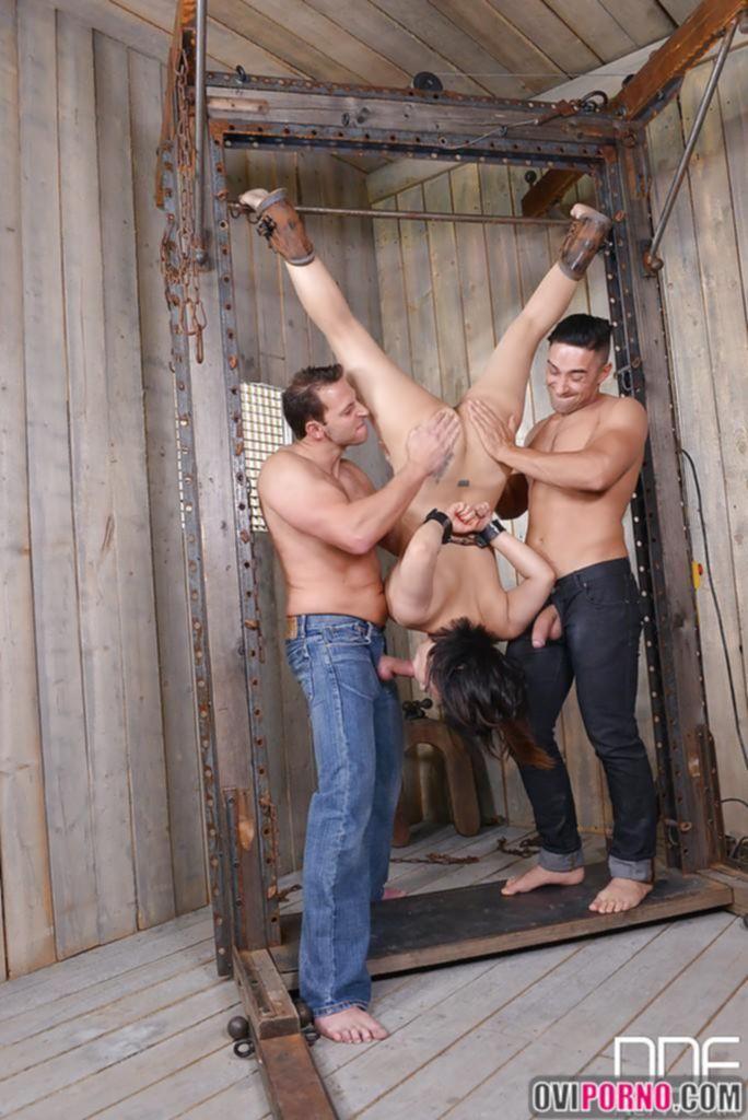 Два мужика трахают азиатку БДСМ