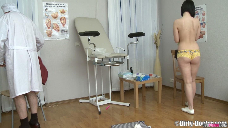 Гинеколог трахнул пациентку