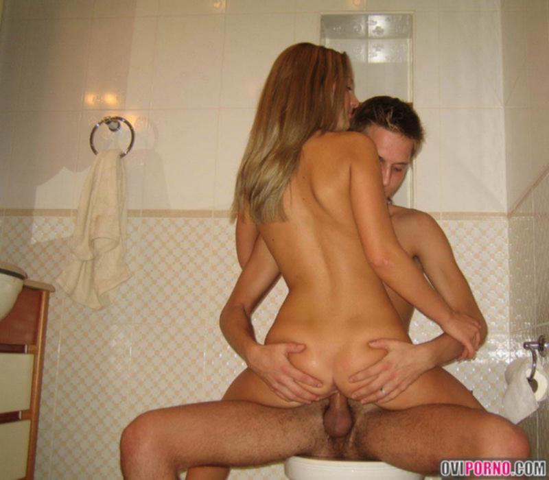 Секс в ванной с молодой блондинкой