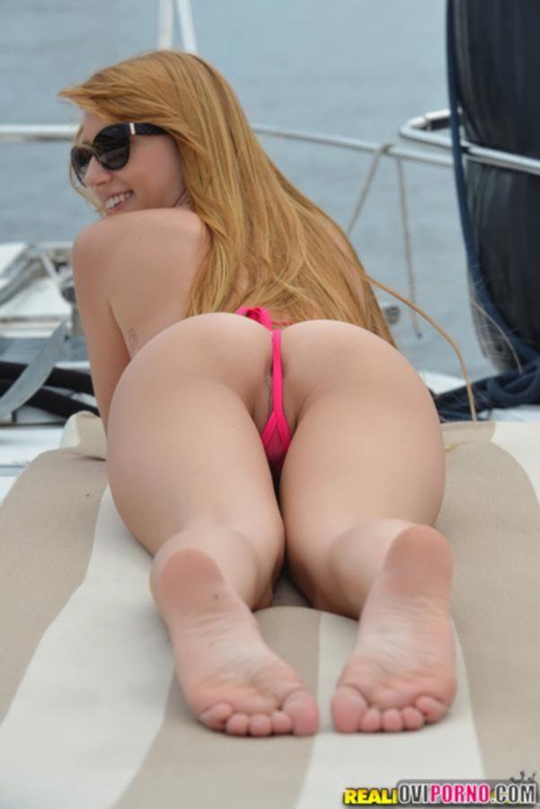Блондинка в бикини на яхте