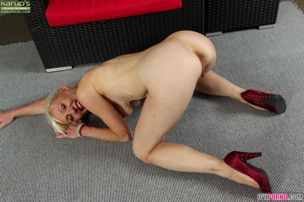 Бабка раздвинула ноги